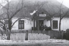 Padew-nr-33,-około-1942,-szkoła-z-nauczycielem-i-dziećmi