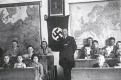 Szkoła-w-Padwi-1941-42-z-nauczycielem-Edmundem-Konradem