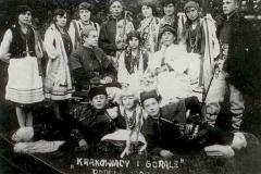 Grupa-teatralna-po-przedstawieniu-pt.-Krakowiacy-i-górale-w-Domu-Ludowym-w-Padwi-Narodowej,-1929-r