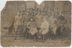 Legioniści, w pierwszym rzedzie, drugi z lewej stoi Franciszek Kępa z Zadusznik
