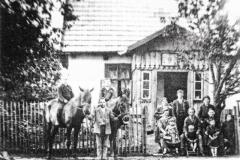 Koloniści-przed-jednym-z-domów-w-Padwi-Kolonia,-rok-1935