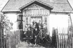Koloniści-przed-swoim-domem,-rok-1935