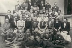 Uczniowie-i-nauczyciele-szkoły-w-Padwi-Narodowej,-1952-r.-inny-układ-osób