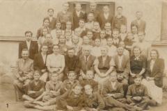 Uczniowie-i-nauczyciele-szkoły-w-Padwi-Narodowej,-1952-r