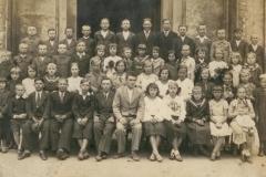 Uczniowie-szkoły-w-Padwi-wraz-z-kierownikiem-Piotrem-Rec-(1905-1922)