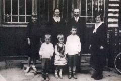 Anna-i-Jan-Czajowie-przed-swoim-domem-w-Padwi-wraz-z-dziećmi