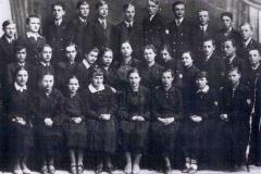 klasa-II-b-niemieckiego-liceum,-maj-1938,-Józia-siedzi-w-pierwszym-rzędzie,-czwarta-od-lewej