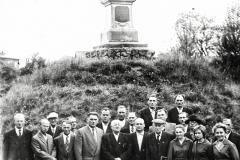 Rada-Nadzorcza-i-pracownicy-Banku-Spółdzielczego-w-Padwi-Narodowej-przy-Pomniku-Grunwaldzkim,-lata-50-te