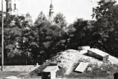 Zburzony-w-czasie-wojny-Pomnik-Grunwaldzki,-w-tle-widoczny-kościół-padewski