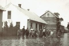 Powódź-1934-r.-przed-domem-Kapla,-obecnie-Rynek-w-Padwi,-w-tle-widać-drewniany-budynek-posterunek-policji.
