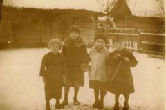 od-helenki-dzieci-na-podwórku-w-przykopie
