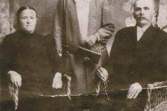 Rodzice-Antoniego-Andrzeja-Ferdynada-i-Romana-ojciec-Wojciech-ur.-1859-matka-Maria-zm.-1935-r.-posrodku-siostra-Agnieszka-zdjecie-z-ok.-1928-r