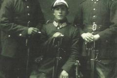 Stanisław-Bik---pierwszy-z-prawej,-brat-Andrzeja,-Romana,-Antoniego-i-Ferdynanda,-ur.-w-Rożniatach,-zdj.-z-1925-r