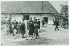 Rożniaty, przed domem, lata 60-te