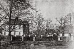 Padew-Szkoła,-obok-dom-p.-Stojałowskich,-w-tle-dom-p