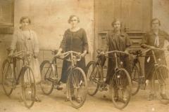 Cyklistki-z-Zarównia1928-r