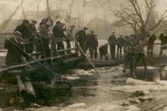 obrona-mostu,-powódź-Zarównie-1942
